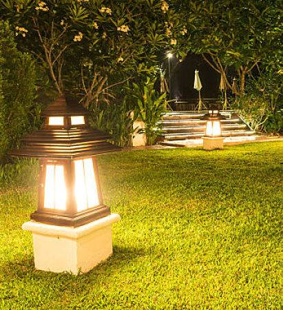 Outdoor lighting company - custom backyard lighting.