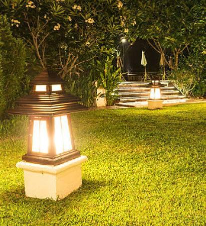 Outdoor lighting company - custom backyard lighting.